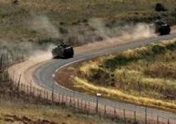 دورية إسرائيلية توجه أسلحتها للجيش اللبناني