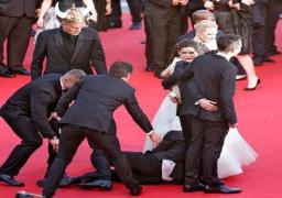 """مراسل أوكرانى يتحرش بالممثلة """"أمريكا فيريرا"""" عل السجادة الحمراء"""