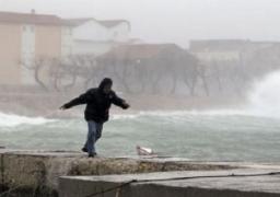 مقتل شخص وانقطاع الكهرباء عن 100 ألف منزل في عاصفة ثلجية بالبلقان