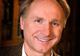 الكاتب الأمريكى دان براون يتبرع بـ 300 ألف يورو لترقيم الأعمال التى ألهمته