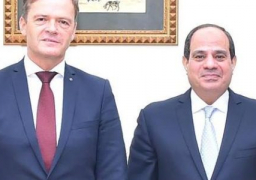 """الرئيس السيسي يرحب بقرار """"مرسيدس"""" باستئناف تجميع سياراتها في مصر"""