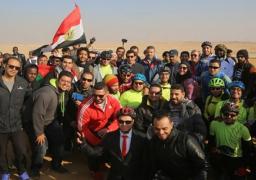 بالصور .. وزير الرياضة يقود ماراثون الدراجات للشباب العربي فى سفح الأهرامات