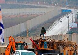 وسط استنفار أمنى .. إسرائيل تستأنف بناء الجدار الحدودي مع لبنان