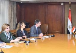 وزير الصناعة يبحث إقامة معرض تجاري دولي للصناعات النسيجية بمصر