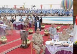 وزير الدفاع يتناول الإفطار مع مقاتلى المنطقة الغربية العسكرية