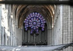 حجارة تتساقط من سقف كاتدرائية نوتردام بسبب الحرارة