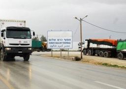 إدخال 620 شاحنة بضائع ومواد بناء لغزة عبر «كرم أبو سالم»