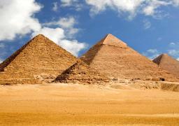 الأهرامات تتزين استعدادا لافتتاح قناة السويس الجديدة