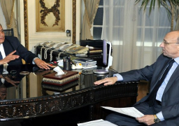 محلب يتلقى تقريرًا حول خطة وزارة الصحة للتأمين الطبي خلال احتفالية افتتاح قناة السويس الجديدة