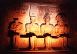 آلاف السائحين يستمتعون بمشاهدة ظاهرة تعامد الشمس على قدس الأقداس بمعبد أبو سمبل