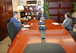 وزير التنمية المحلية يلتقى مع كبير أخصائيين بالبنك الدولى لبحث مجالات التعاون فى مشروعات تحسين جودة الهواء بالقاهرة الكبرى