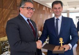 وزير السياحة والآثار يبحث هاتفيا مع نظيره اليوناني سبل التعاون المشترك