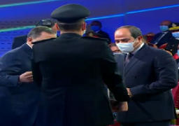 وزير الداخلية يقدم هدية تذكارية للرئيس السيسي