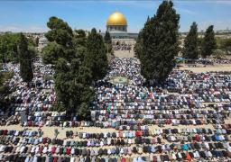 عشرات الآلاف يؤدون صلاة الجمعة في المسجد الأقصى المبارك