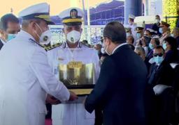 رئيس أكاديمية الشرطة يهدي الرئيس السيسي هدية تذكارية تحمل رموزًا للمشروعات القومية