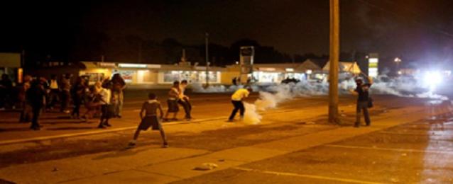 الشرطة الامريكية تستخدم الغاز المسيل للدموع لتفريق متظاهرين في فرجسن
