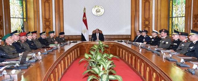 السيسي يجتمع بقيادات الجيش والشرطة.. ويوجه بمواصلة استهداف البؤر الإرهابية