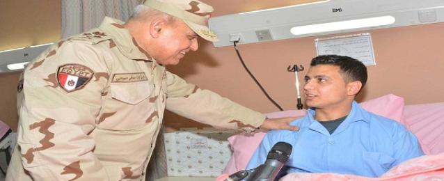 بالصور..وزير الدفاع يزور مصابى العمليات الإرهابية من أبطال القوات المسلحة