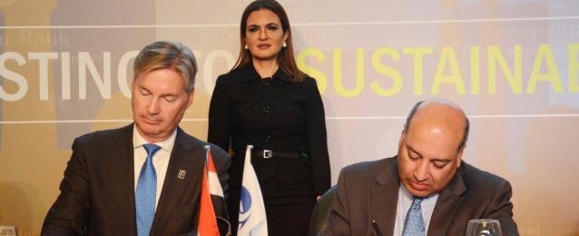 بالصور … وزيرة الاستثمار تشهد توقيع 7 اتفاقيات بين رئيس البنك والقطاع الخاص