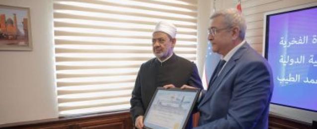 أكاديمية أوزبكستان الإسلامية تقلد الإمام الأكبر الدكتوراه الفخرية