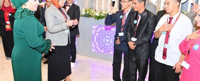 بالصور.. قرينة الرئيس تلتقي بطلاب مدرسة الأمل للصم والبكم