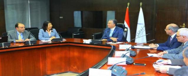 وزير النقل يبحث مع وفد البنك الدولي التعاون في مجال السكك الحديدية