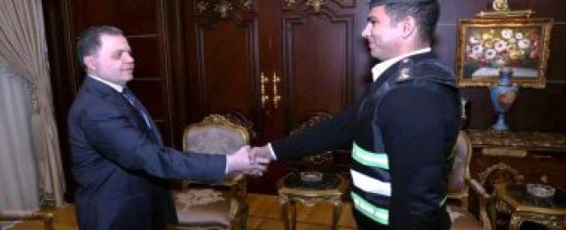 وزير الداخلية يكرم ضابط وأمين شرطة بالمرور ضبطا مجرم بعد مطاردة مسلحة