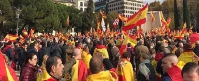 الآلاف يتظاهرون في مدريد احتجاجا على سياسة الحكومة إزاء كتالونيا
