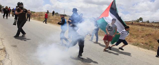 إصابة عدد من الفلسطينيين بالاختناق لاستهداف قوات الاحتلال مسيرة نابلس