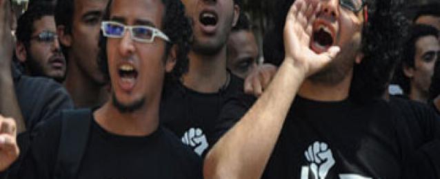 أعضاء 6 إبريل يتظاهرون على سلالم نقابة الصحفيين تنديدا بحكم الحظر