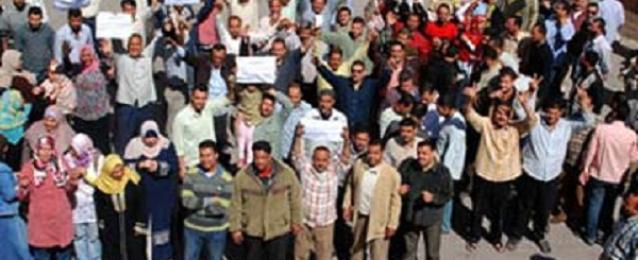 """عمال """"بلاتنيوم"""" يواصلون إضرابهم لليوم الخامس وتأمين ميناء السخنة"""