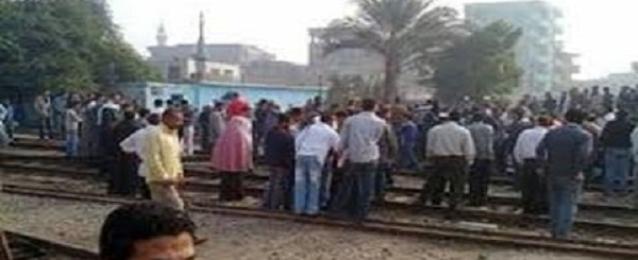 """عمال """"وبريات ونسيج سمنود"""" يقطعون طريق قطارات """"طنطا -المحلة -المنصورة"""""""
