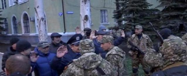 موالون لروسيا يسيطرون على مبنى البلدية بكوستيانتينفكا فى اوكرانيا