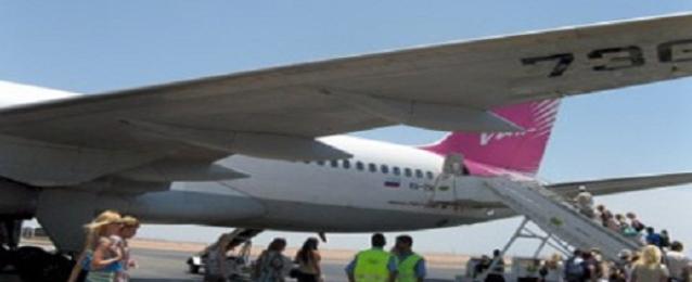 بدوى : منصور يتفقد مطار شرم الشيخ الدولي ويصافح عدداً من السائحين