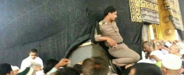 """التحقيق مع رجل أمن سعودي وضع حذاءه على """"الكعبه"""""""