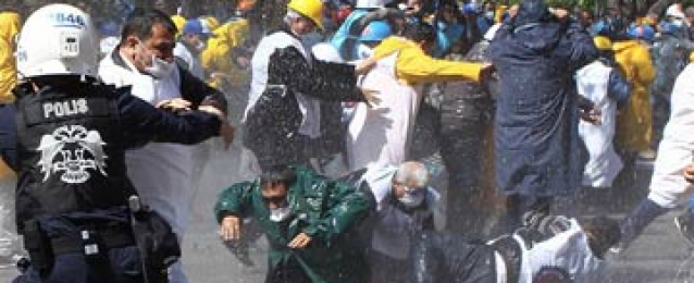الشرطة التركية تقمع تظاهرة في موقع حادث المنجم في سوما