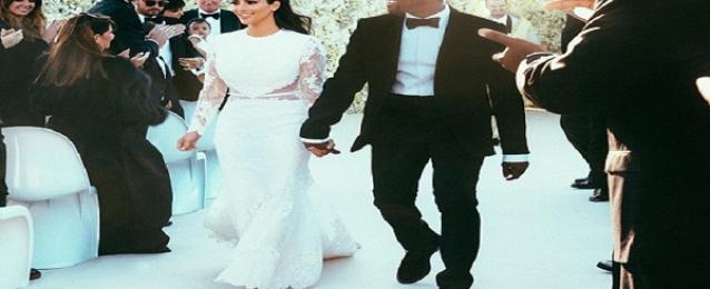 كيم كارداشيان تخطف الأنظار بفستان زفافها