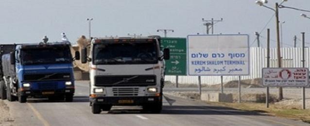 """إسرائيل تسمح بإدخال 280 شاحنة بضائع لغزة عبر """"كرم أبو سالم"""""""