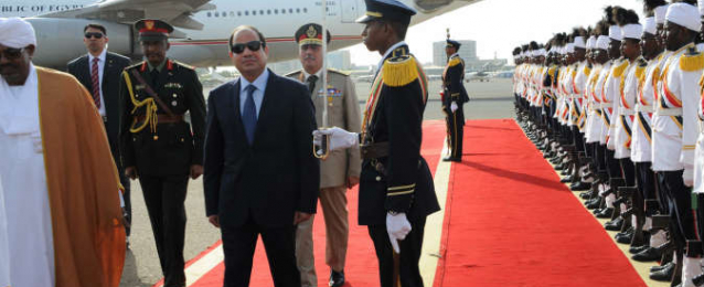 السيسي يعود إلى القاهرة قادما من الخرطوم بعد جولة أفريقية