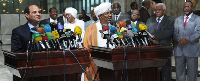 """""""القدس العربي"""": السيسي يثير جدلا بين الصحفيين في الخرطوم بعبارة نعتبر السودان جزء من مصر"""