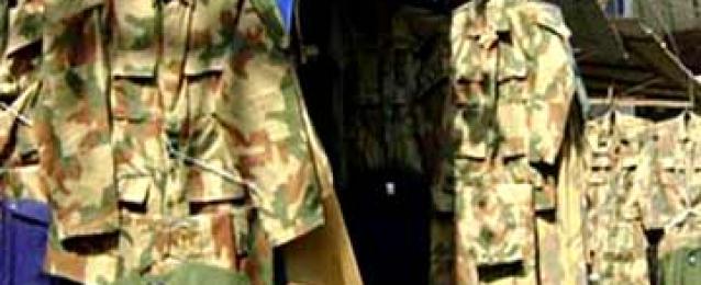 ضبط ترزي بحوزته أسلحة وملابس عسكرية داخل منزله بالأميرية