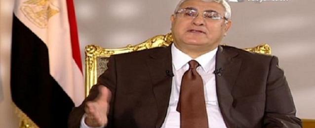 منصور يقر قانون بفرض ضريبة مؤقتة بنسبة ٥٪ علي من تجاوز دخله المليون