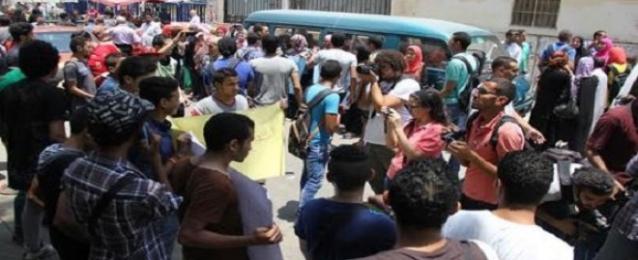 اشتباكات  بالحجارة وقنابل الغاز بين طلاب الثانوية وقوات الأمن أمام وزارة التعليم