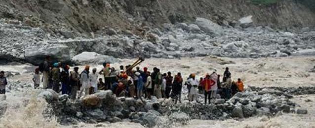 """اختفاء قرية غرب الهند بسبب انزلاق في التربة و 150 """"عالقاً"""" تحت الطين"""