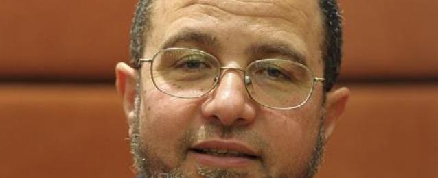 وصول رئيس الوزراء اﻻسبق هشام قنديل إلى قسم الدقى تمهيدا للإفراج عنه