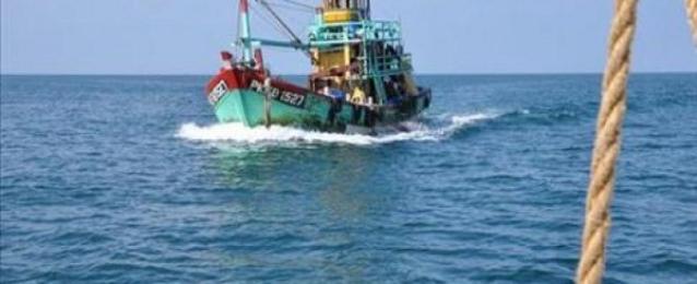 مركب صيد تنقذ 22 مهاجرًا غير شرعي من الغرق أمام سواحل رشيد