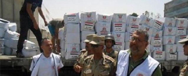 الجيش يرسل مواد غذائية ومياه للمصريين العالقين بليبيا