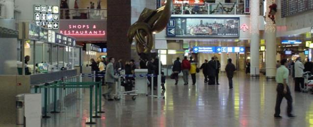 """اخلاء مطار في لندن بعد العثور على """"حزمة مريبة"""""""