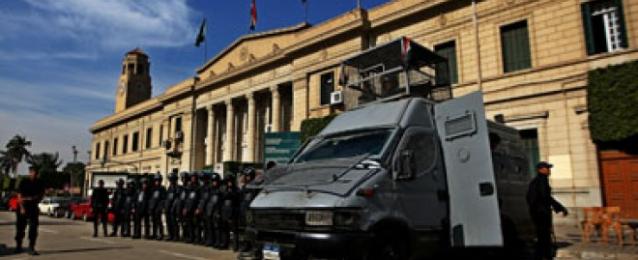 إجراءات أمنية مكثفة بجامعة القاهرة.. وإزالة العبارات المسيئة من على الجدران