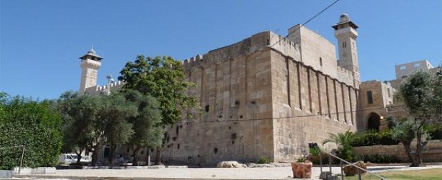 الاحتلال يمنع رفع الأذان في الحرم الإبراهيمي 60 مرة الشهر الماضى